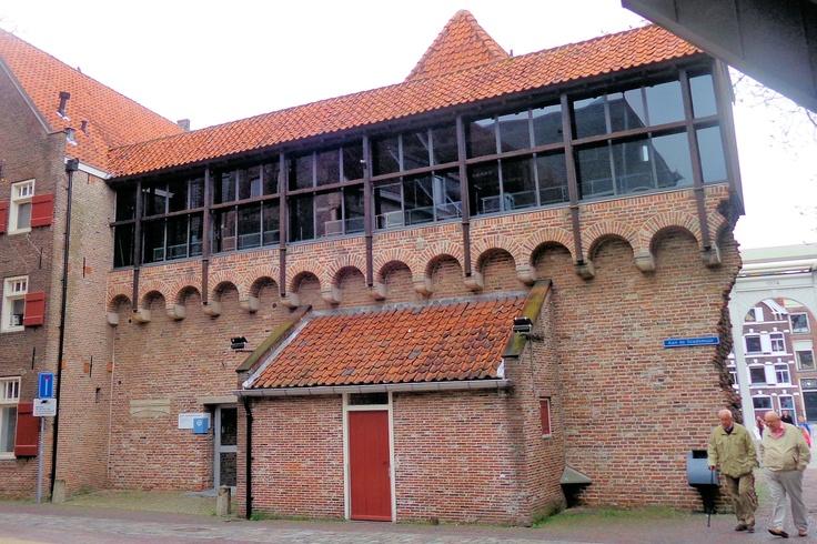 Zwolle bezat al in de 13e eeuw een stadsmuur. Halverwege de 14e eeuw werd begonnen met de bouw van een nieuwe muur. Rond 1380 verschansten de Zwollenaren zich achter een gordel van muren waarin maar liefst 23 torens en acht poorten waren opgenomen. In de 17e eeuw werden er nog eens elf bastions aan toegevoegd. Vanaf de 18e eeuw werden de verdedigingswerken bijna helemaal gesloopt. Van de poorten heeft alleen de Sassenpoort het overleefd.