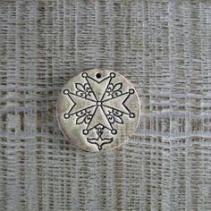 Médaillon rond céramique artisanale croix huguenote beige
