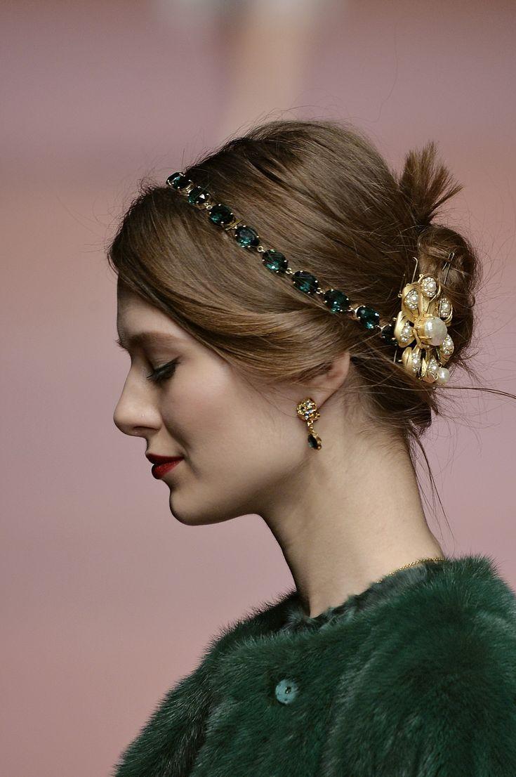 Faixas fazem bonito nos cabelos da MFW   Hair scarf styles, Hair accessories for women, Holiday hairstyles
