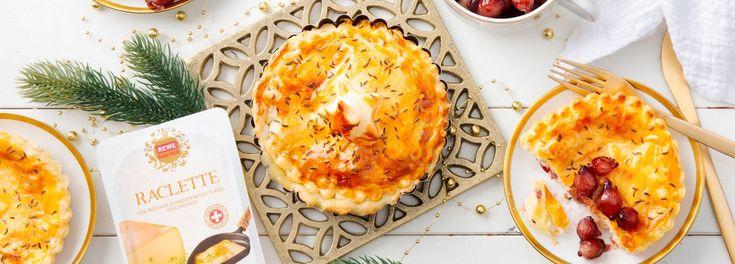 Aus dem würzigen Raclette-Käse zaubern Sie mit diesem REWE Rezept festliche Weihnachtstörtchen. Begleitet wird der Schmaus von Rotwein-Silberzwiebeln. »