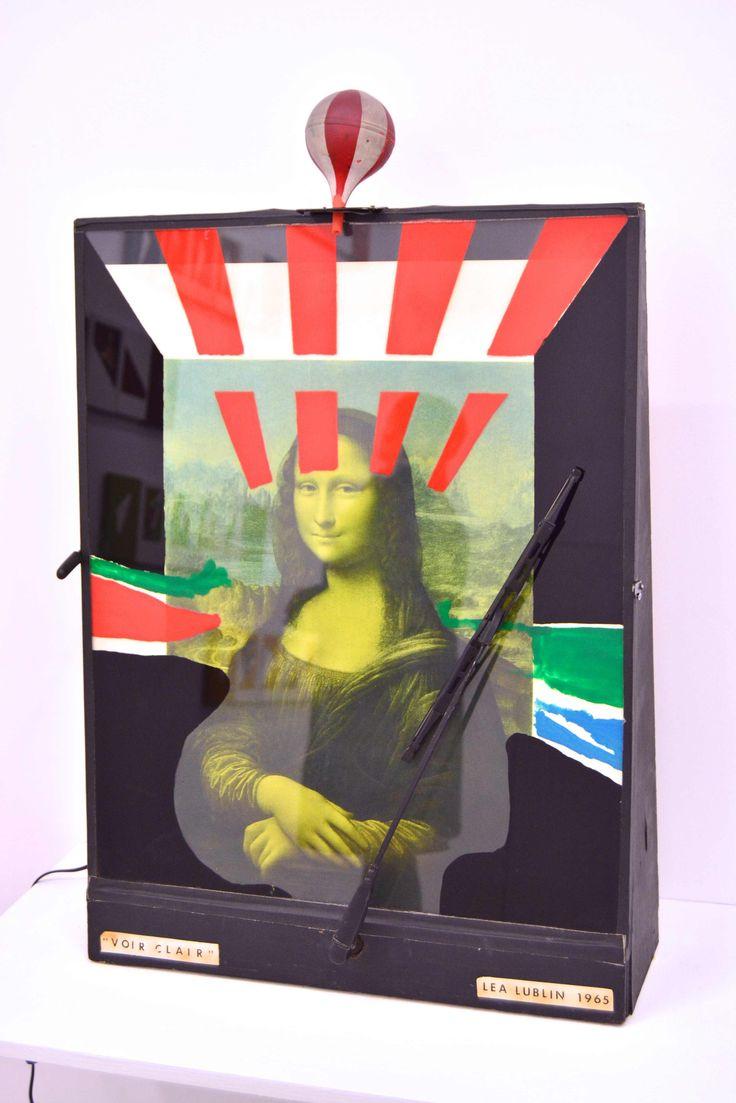 """En 1965,Lea Lublin  tomó reproducciones de las celebérrimas pinturas que retrataban a José de San Martín, héroe de la independencia suramericana, o a la misma Gioconda, y las colocó bajo un vidrio con un impiaparabrisas. Arrojaba agua yel público activaba después el limpiaparabrisas, apartando la lluvia con el propósito de mejorar la visibilidad de esas obras celebérrimas, esto es, con el propósito de """"verlas"""": ...comprenderlas de otra manera."""