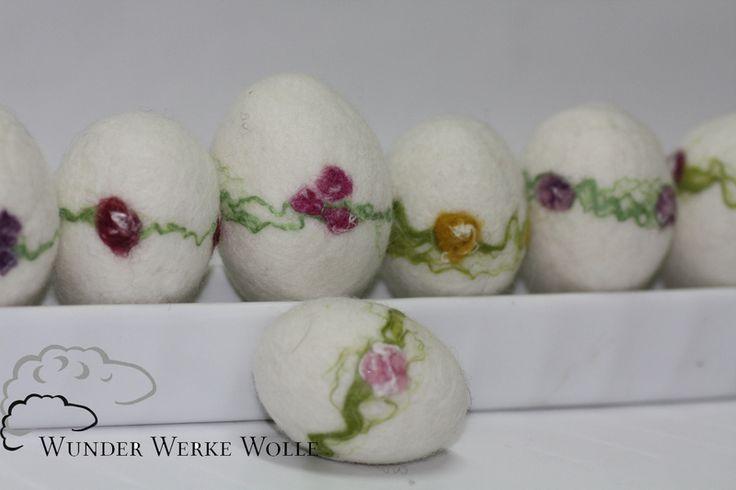 Diese Ostereier wurden aus weißer extrafeiner Merinowolle nass geflzt. Die Blütenmotive wurden aus extrafeiner Merinowolle und Seidenfasern eingefilzt.  Gern kann ich noch ein Band zum Aufhängen...