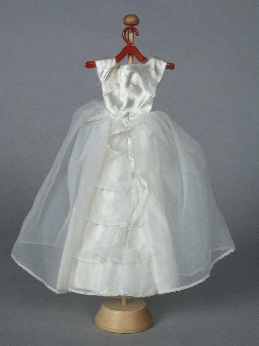 "Poppenkleding, bruidsjurk van wit satijn en chiffon, ""Barbie / Mattel"" - Museum Rotterdam"