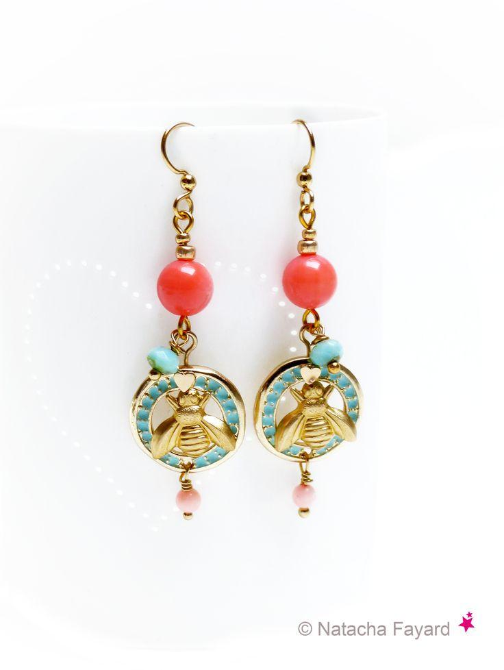 Boucles d'oreilles style vintage, bleu aqua, orange corail, pendentifs abeilles.   © Natacha Fayard  #boucles #bijoux #vintage #rétro #bleu #aqua #orange #corail #doré #abeille