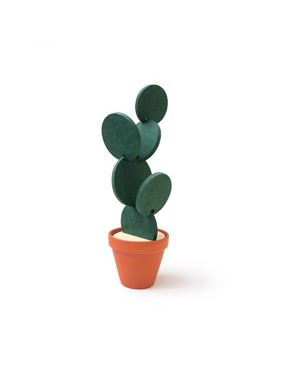 Sous-verres de cactus sont conçus pour protéger les surfaces de travail tout en ayant la capacité remarquable de se fondre dans votre environnement en transformant en différentes formes de cactus. Chaque produit est composé d'un pot en terre cuite, un top de contreplaqué de bouleau et six disques résistants à l'eau vert usinés avec précision à partir de bois d'ingénierie de haute qualité. Chaque disque est d'une taille légèrement différente, offrant une protection de surface pour jusquà…