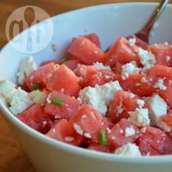 Een heerlijke zomerse, verfrissende salade van watermeloen en feta. Een verrassend lekkere combinatie! Door de lente-ui krijgt het nog wat extra pit. Slechts 3 ingrediënten en je hebt een heerlijke salade voor bijvoorbeeld bij de barbecue, of als picknick.