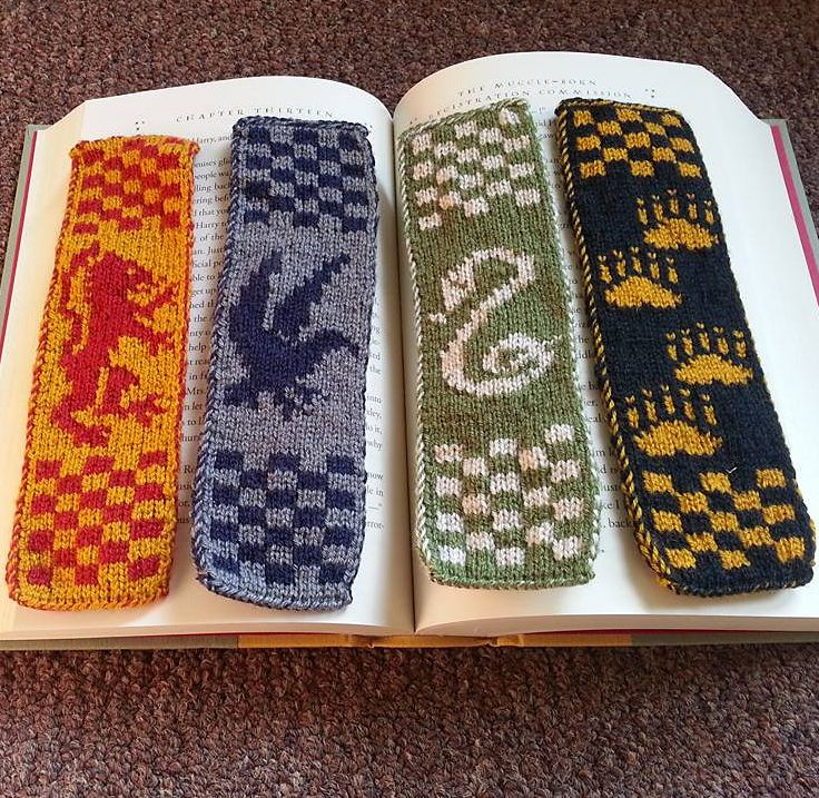 Free Knitting Pattern for Hogwarts Bookscarves - Designed by Anna Kingstone, these reversible double knit bookmarks are designed with the house sigils for Gryffindor, Slytherin, Ravenclaw, and Hufflepuff. Pictured projectby FiberOfMyBeing