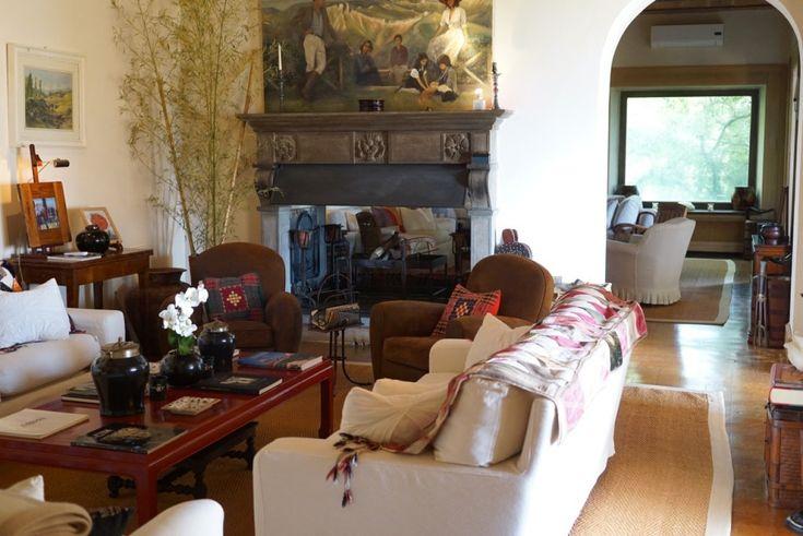 A sala que é uma delícia no verão e no inverno com a lareira que funciona dos dois lados da parede!