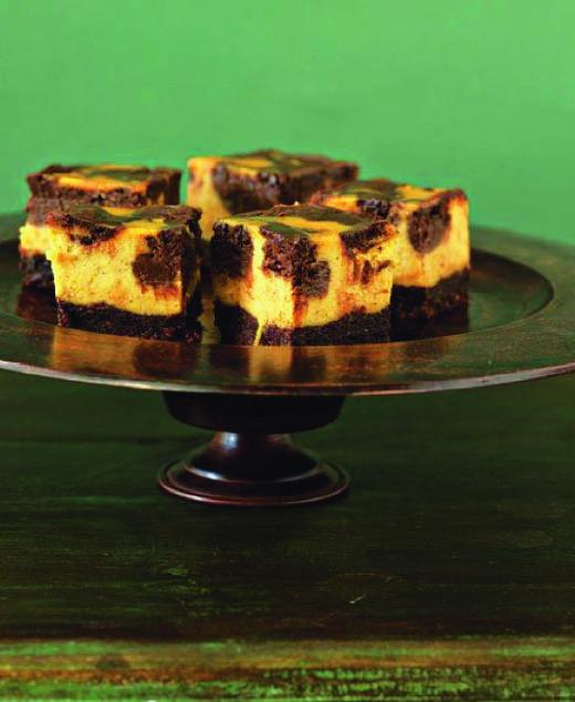 Čokoládovo-dýňové kousky jsou variací na tvarohový dort, ale s nádechem podzimu. Obvykle si jej rádi dají i ti, kteří dýni zrovna neholdují. Recept: http://www.apetitonline.cz/recepty/4265-cokoladovodynove-kousky.html
