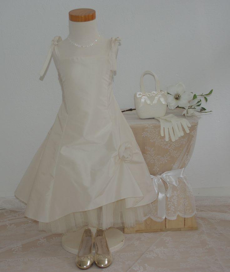 Een mooie bruidsmeisjesjurk van taft. Met lintjes op de schouders en op de rug een veter om aan te snoeren. Voor bruidsmeisjes of als communiejurk. bruidskindermode.nl Trouwen, bruiloft, huwelijk, bruidskinderen, bruidskinderkleding, bruidsmeisje, bruidsmeisjes, communie, communiekleding.