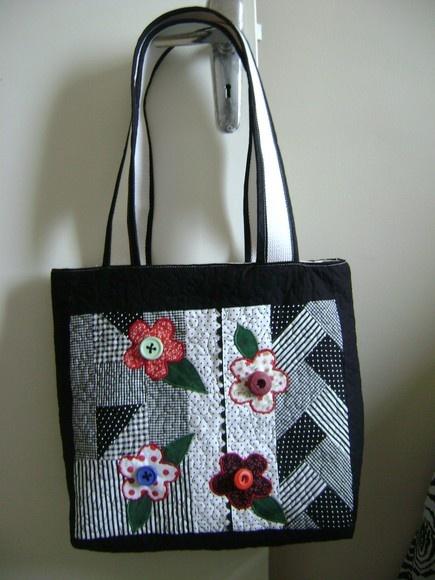 bolsa em patchwork, tecido 100% algodão, forrada com bolsos internos R$57,20