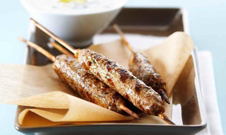 Le mélange parfumé d'épices du Moyen-Orient permet au poulet de bien se jumeler au yogourt à l'ail, au citron et aux noix. Cette recette facile est parfaite pour la chaleur de l'été. | Le Poulet du Québec