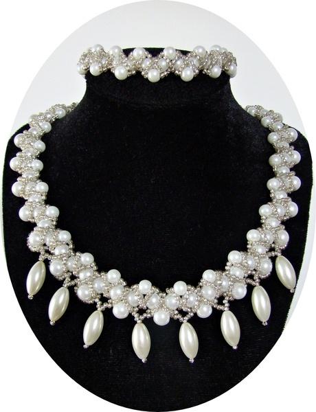 Collier et bracelet de perles de verre blanche ou ivoire