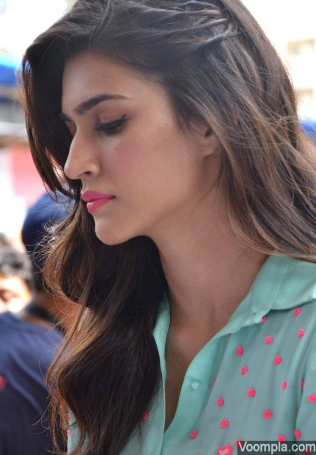Kriti Sanon looks gorgeous in open hair and pink lips. via MailOnline