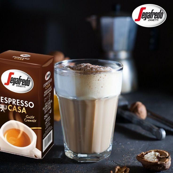 Wraz ze spadkiem temperatur coraz chetniej sięgamy po ciepłe, aromatyczne napoje. Jeśli do tradycyjnej kawy poszukujecie smakowych dodatków polecamy zimową kawę orzechową przygotowaną na bazie Espresso Casa. Dla dodatkowego podbicia smaku napoju mleko krowie możecie zastąpić migdałowym.#Segafredo #espresso #coffeetime #coffeelovers #instacoffee #nutcoffee #almondmilk