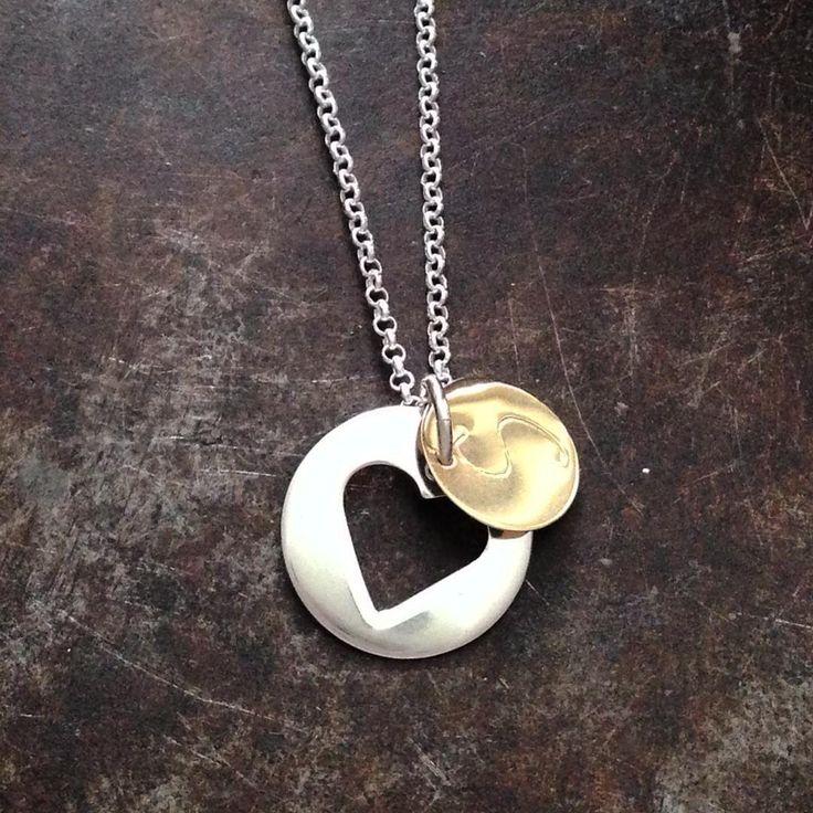 Initialsmykke gull med et skjult ❤️ i sølvplaten