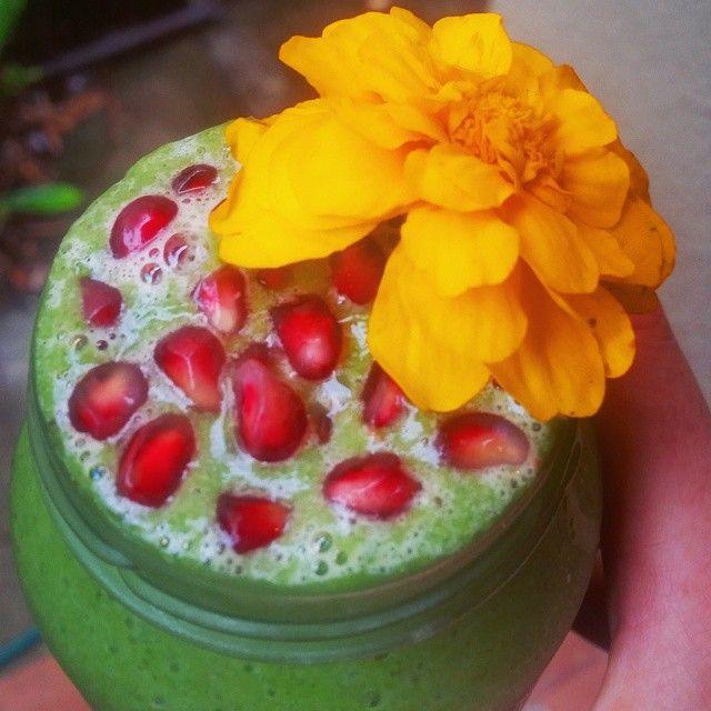 My kind of Christmas drinks. #hohoho #greensmoothie #pomegranate #marigold