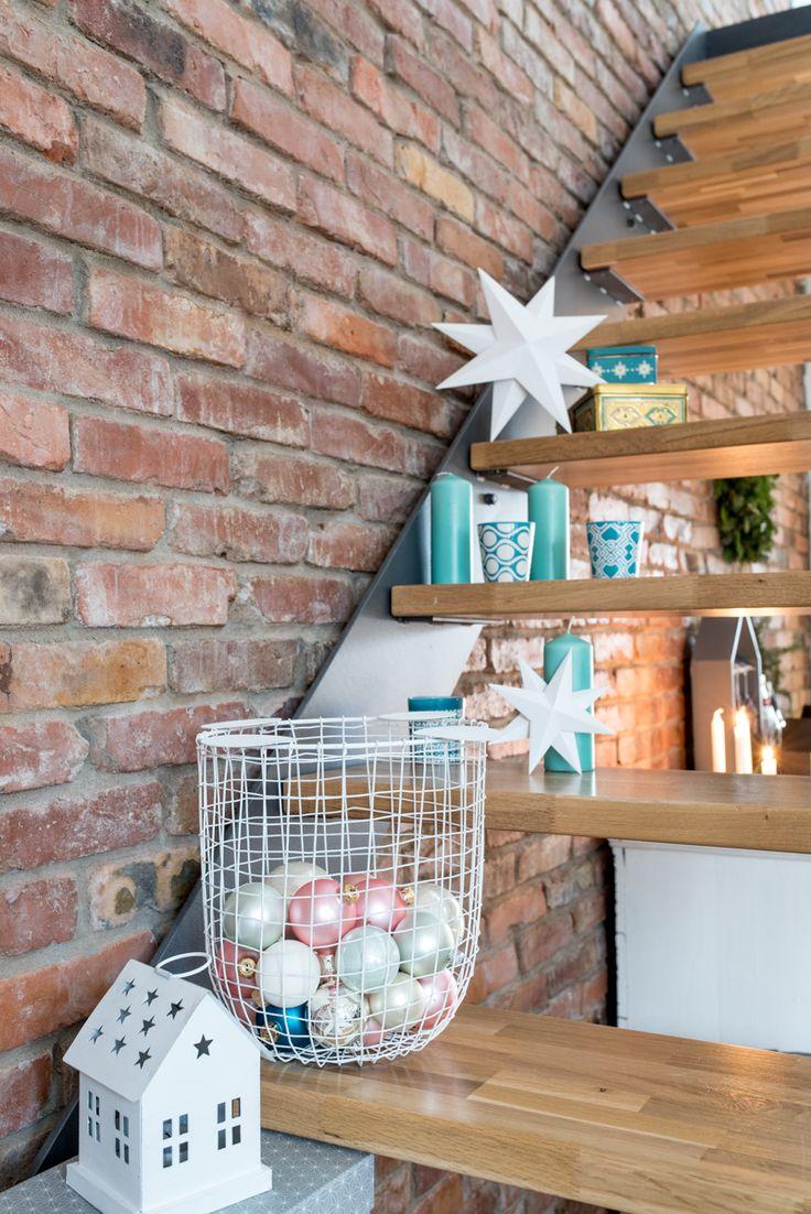 Anleitung DIY Papiersterne und Weihnachtsdeko auf der Treppe im Wohnzimmer in Pastellfarben