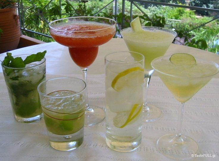 Και φτάνει η πιο όμορφη ώρα της ημέρας του καλοκαιριού… Η ώρα που παίρνεις στο χέρι ένα παγωμένο ποτήρι, με παγάκια που κολυμπάνε σε μυρωδάτο αλκοόλ, παρέα με limes, φράουλες, μάνγκο, δυόσμο.Αγαπημένα summer cocktails! Ό,τι αρέσει στον καθένα. Για μένα, η ώρα αυτή έρχεται όταν έχει δύσει ο ήλιος αλλά δεν έχει νυχτώσει ακόμα. Που …