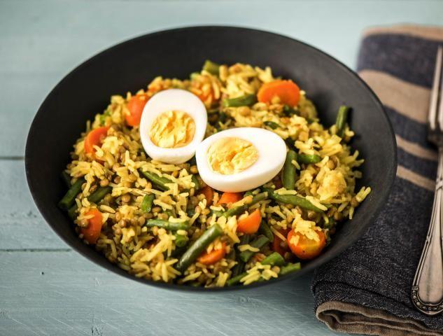 Kruidige pilav met linzen en een gekookt ei Met worteltjes en sperziebonen