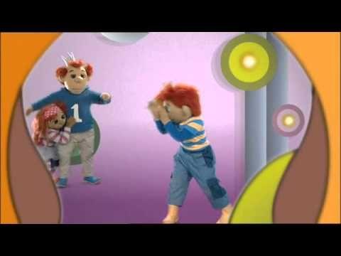 Sassa, Toto en Koning Koos uit Het Zandkasteel zingen een liedje over een papa olifant.
