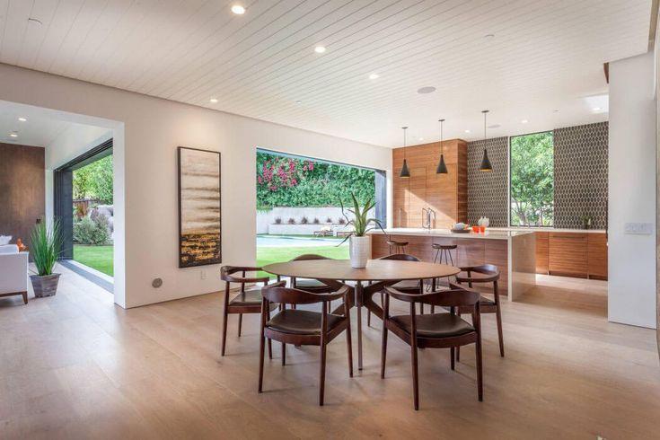 La salle à manger et la cuisine se trouvent dans la plus vaste partie de la pièce