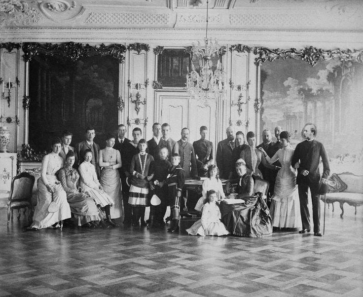 Membros das famílias reais dinamarquesa, russa e britânica, em Fredensborg Slot, em 1888. Da esquerda para a direita, em pé: Princesa Alexandra da Grécia; Czarevich Nicholas da Rússia; Princesa Louise de Gales; Príncipe Nicolau da Grécia; Grão-Duque George e Grã-Duquesa Xenia da Rússia, o príncipe Albert Victor de Gales; Príncipe George da Grécia;