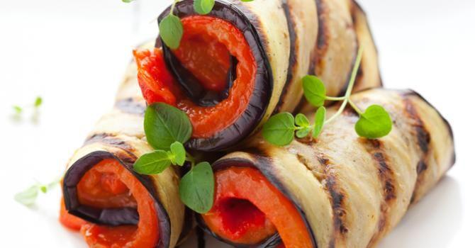 Recette de Roulés d'aubergine aux poivrons grillés. Facile et rapide à réaliser, goûteuse et diététique. Ingrédients, préparation et recettes associées.