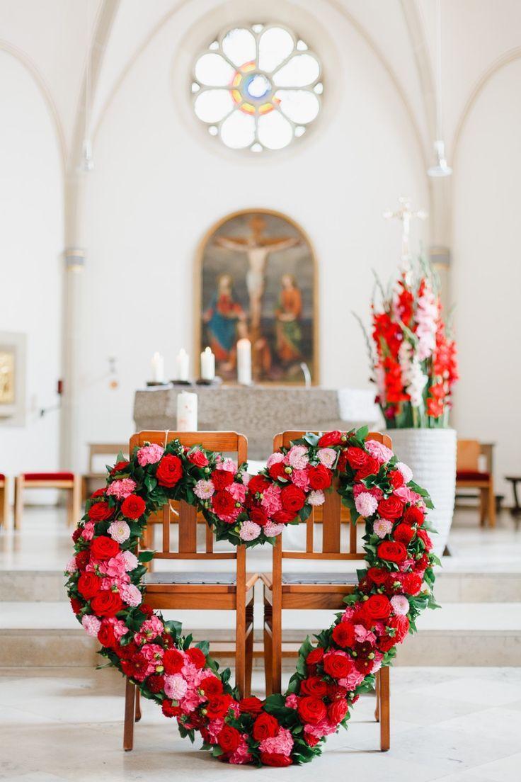 Blumendeko für die kirchliche Hochzeit. Ein schöner Blumenkranz für die Stühle.