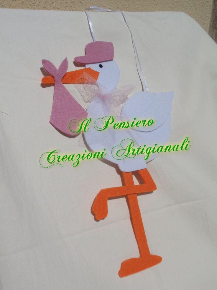 Coccarda per la nascita di una bimba realizzata a mano in feltro a forma di cicogna https://www.facebook.com/IL-Pensiero-Creazioni-Artigianali-308024965911130/?ref=bookmarks