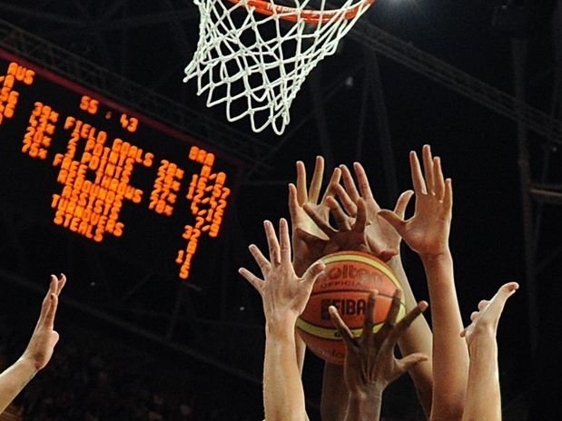 Austrália contra o Brasil no basquete feminino  Foto: AFP