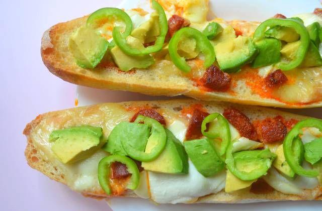 La baguette fourrée au fromage, au piment vert et à l'avocat : une recette qu'elle est bien pour les soirs de flemme ou de tristitude !
