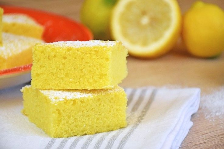 I brownies al limone sono profumatissimi e soffici come una nuvola. Un'alternativa più leggera e fresca dei classici brownies al cioccolato. Ecco la ricetta ed alcuni consigli