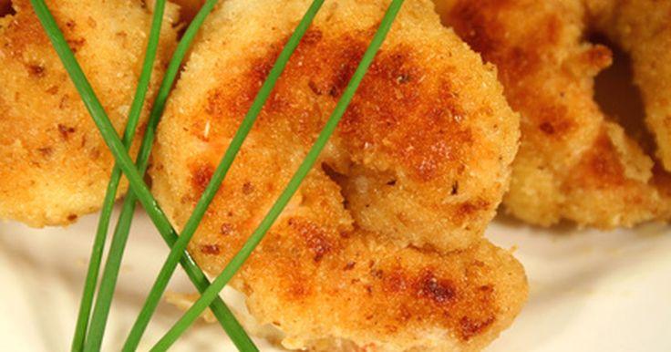 Cómo preparar camarones empanizados. Ya sea parte de un plato de mariscos o como una entrada con aderezos, los camarones empanizados son los favoritos de muchos. Hay muchas variantes de camarones empanizados; chefs y cocineros caseros utilizan una variedad de condimentos y empanizados. El proceso básico, con todo, es el mismo.