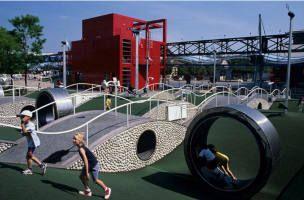 Jeux gratuits à la Villette - une aire de jeux pour tous les âges surveillée.
