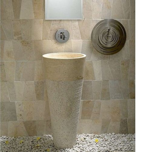 A mixture of textures! A marble basin and quartzite cladding on the wall. Free standing natural stone washbasin - RAJA