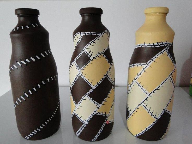 Lindo conjunto de três garrafas de vidro pintada à mão.