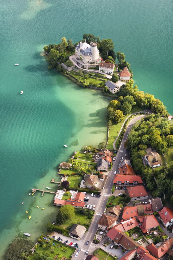 Le château médiéval de DUINGT en bordure du lac d'Annecy, Haute Savoie