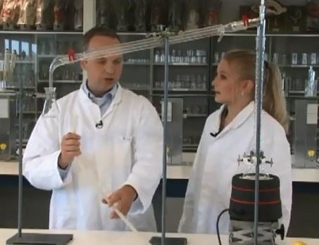 DESTILLEREN. Video met Kim Sterk en Serge de Beer over het maken van een opstelling voor destillatie. In deze video destilleren zij wijn, met als eindproduct pure alcohol. De video is bedoeld als ondersteuning voor leerlingen in het voortgezet onderwijs en MBO, die zelfstandig een opdracht moeten uitvoeren.