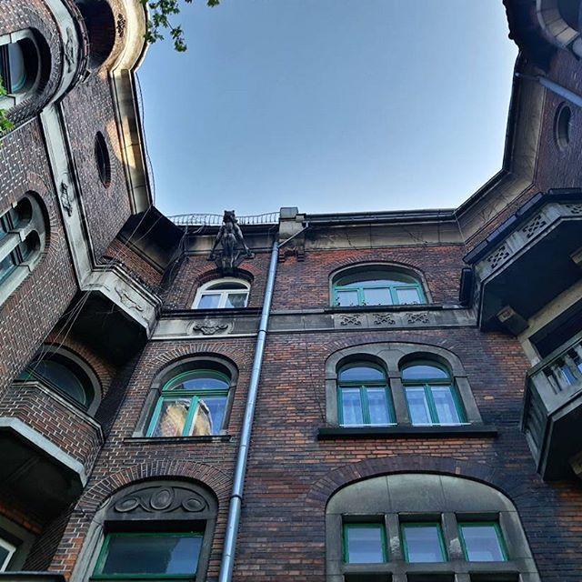 Osiedle krakowskie. Uwielbiam tego gargulca powyżej  #architecture #archilovers #skyporn #instagood #instadaily #traveling #urban #art #nofilter #l4l #galaxys5 #krakow #poland #podroze #mobilnytydzien