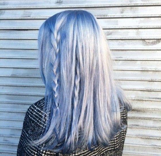 Medium bob con treccine - Bob medio con due treccine sottili e tinta Azzurro Serenity per i capelli del 2016.