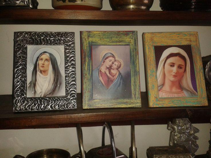 retablos en madera con láminas.