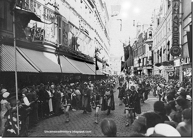 German holiday crowds in Koenigsberg in 1935. ///////// Tags: Königsberg, Koenigsberg, Ostpreußen, Ostpreussen, East Prussia, Baltic Sea, Museum der Stadt Königsberg, Калининград, Кёнигсберг, Музей города Кёнигсберг, Балтийское море