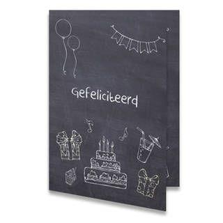 Een verjaardagskaart voor een kind van een krijtbord versiert met plaatjes die temaken hebben met feest. In het midden staat de tekst 'Gefeliciteerd'' met krijt geschreven. Aan de binnenkant van het verjaardagskaartje is de achtergrond ook van krijtbord met dezelfde afbeeldingen die het krijtbord versieren. Rechts staat de tekst ''Met je verjaardag!'' in krijtletters geschreven.
