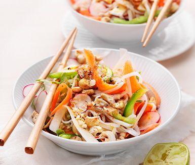 Asiatiskt står på menyn ikväll, nudlar med krispiga grönsaker och cashewnötter. Denna rätt blir lätt en vegetarisk favorit: söta ugnsrostade grönsakerna får sällskap av en syrlig och fräsch limedressing med karaktär av ingefära. Blanda allt med nudlarna och toppa med rostade nötter, mums!