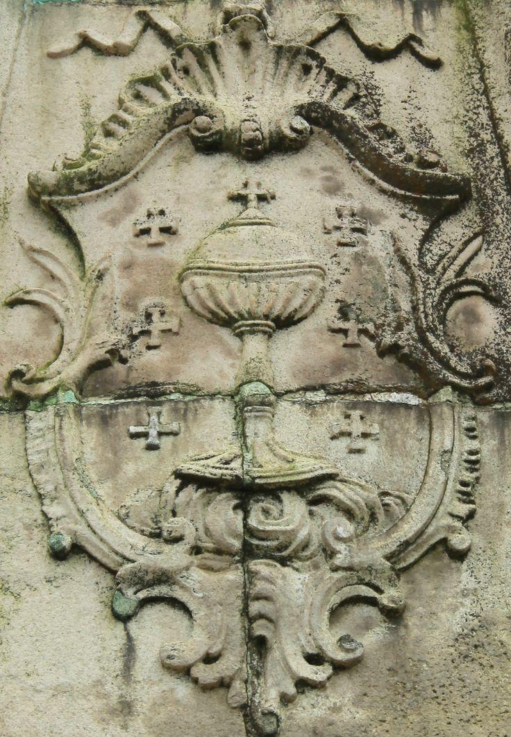 Coat-of-arms of the Queen of Galicia, Ferrol -- Situado diante da Porta do Arsenal de Ferrol, na coñecida como Fonte da Fama, este relevo en pedra realizado a finais do século XVIII, representa as armas do reino de Galicia.