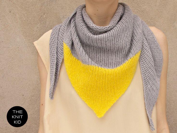 Grau / Gelbes Dreiecks-Stricktuch aus Merino-/Angoragarn (grau), Kaschmirgarn (gelb). Das Stricktuch ist grob gestrickt und besticht durch seine F...