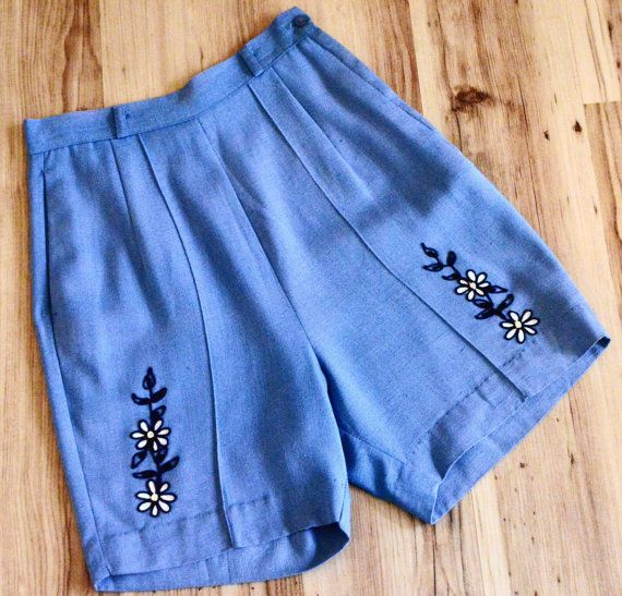 1950s embellished bermuda shorts, fifties floral shorts, 50s embellished shorts, cornflower blue vintage shorts with daisies