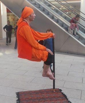 """Hafta sonu Erasta Antalya Alışveriş Merkezi'ni ziyaret edenler gözlerine inanamadılar! 3 saat boyunca etkinlik alanımızda yer alan """"Havada Oturan Adam"""" izleyenlere hayli meraklı dakikalar yaşattı."""