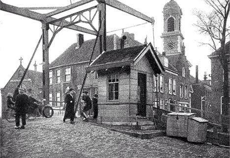 lage brug met brugwachtershuisje tot 1928
